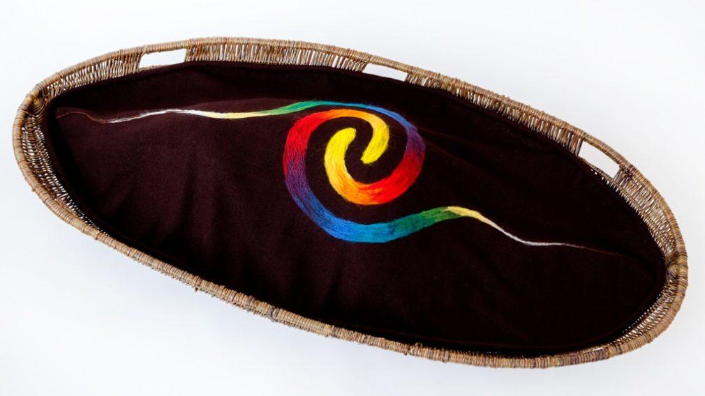 Diosa uitvaartmand en bruine Manta Redonda wade met regenboog spiraal Atelier Alewijn 2