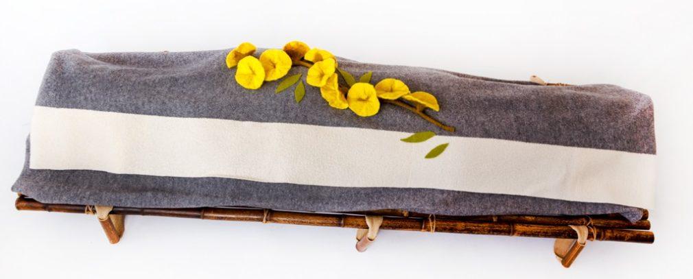 Grijze Manta wade met witte streep en gele viltbloemen op Bambu Negro baarplank Atelier Alewijn horizontaal