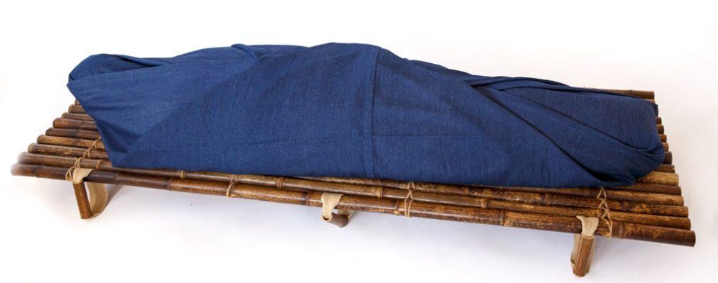 Lijkwade van spijkerstof schuin gevouwen Atelier Alewijn 2